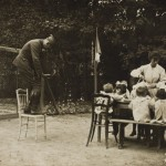 Lewis Hine - Lewis Hine photographing children at table in garden, ca. 1919 © George Eastman House