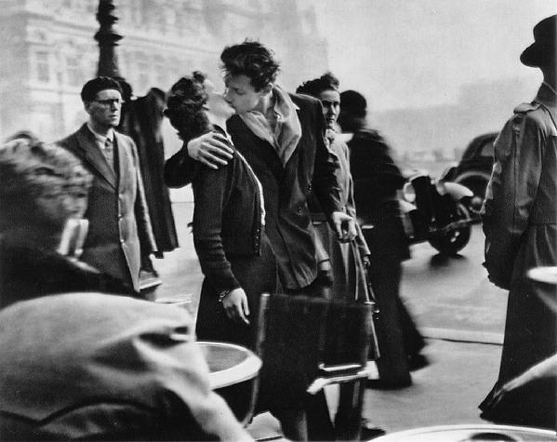 Robert Doisneau - Le baiser de l'hotel de ville (Kiss by the Hotel de Ville © Robert Doisneau