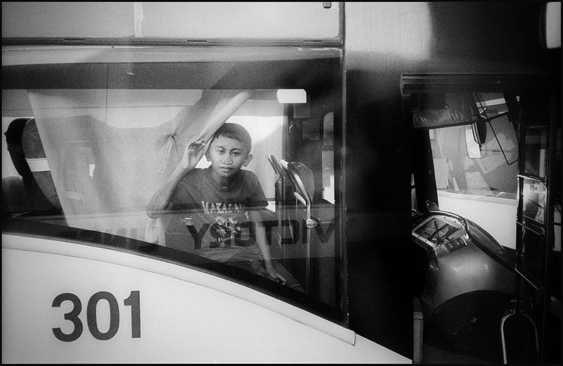 Guillaume Périmony - Bust stop friendship - Philippines ©  Guillaume Périmony