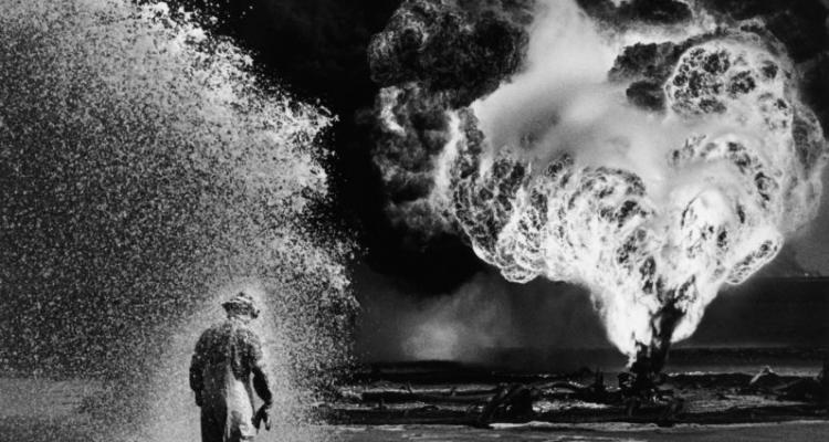 Desert Hell, Kuwait, 1991 © Sebastião Salgado/ Beetles + Huxley